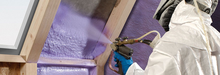 Technicien en cours d'installation d'un isolant thermique et phonique